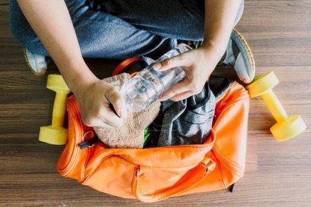 Photo pour Homme avec sac et appareils de fitness - image libre de droit