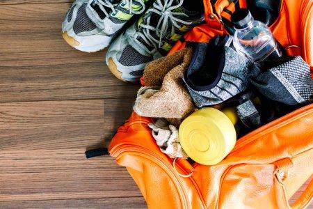 Photo pour Sac de sport avec équipement sportif - image libre de droit