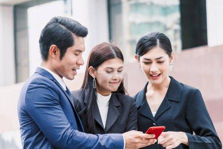 Photo pour Groupe d'entreprises partenaires parler et travailler - image libre de droit