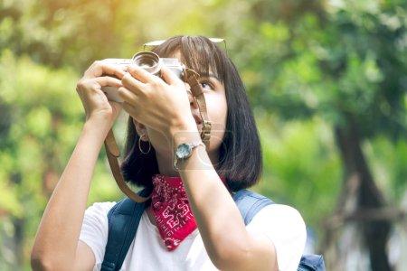 Foto de Foto de mujer asiática toma con cámara - Imagen libre de derechos
