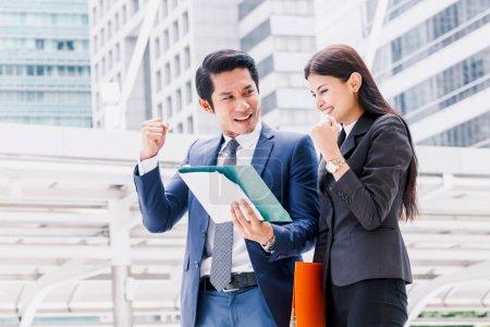 Photo pour Homme d'affaires prospère célébrant avec les bras levés - image libre de droit