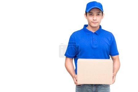 Photo pour Livreur tenant une boîte en carton isolée sur fond blanc - image libre de droit
