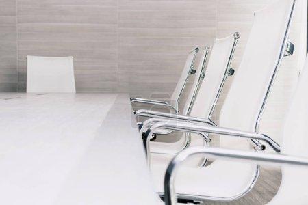 Foto de Reunión de negocios vacíos y interior de sala de conferencia - Imagen libre de derechos