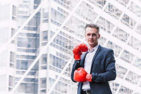 Photo pour Homme d'affaires et des gants de boxe - image libre de droit