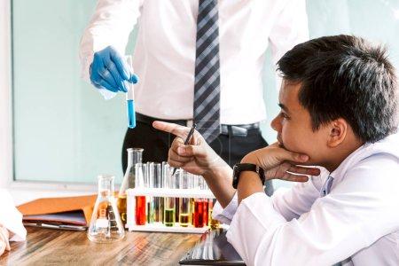 Photo pour Élèves travaillent et faire des essais chimiques en chimie classe. Concept de sciences de l'éducation - image libre de droit