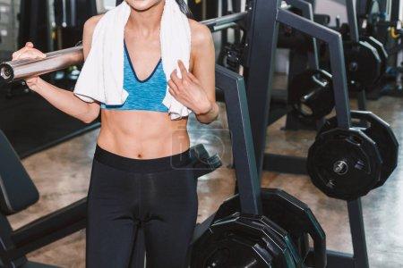 Photo pour Jeune femme avec la serviette dans la salle de gym - image libre de droit