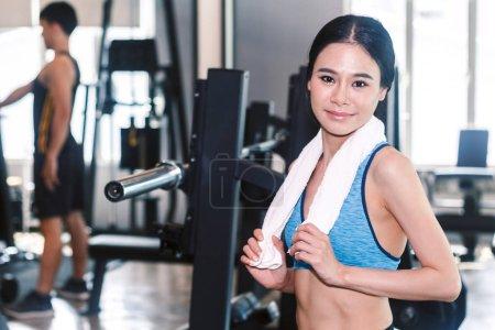 Photo pour Femme sportive avec serviette dans la salle de gym - image libre de droit
