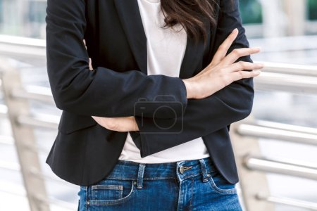 Photo pour Femme d'affaires moderne croisa les mains au bureau. Concept d'affaires - image libre de droit