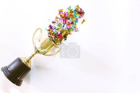 Photo pour Succès du trophée d'or et du papier coloré avec espace de copie sur fond blanc. - image libre de droit