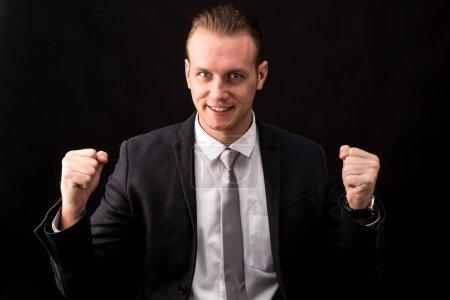 Photo pour Homme d'affaires prospère, célébrant avec les bras vers le haut - image libre de droit