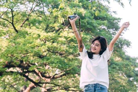Photo pour Étirement debout femme ses bras se détendre et profiter d'air frais nature - image libre de droit