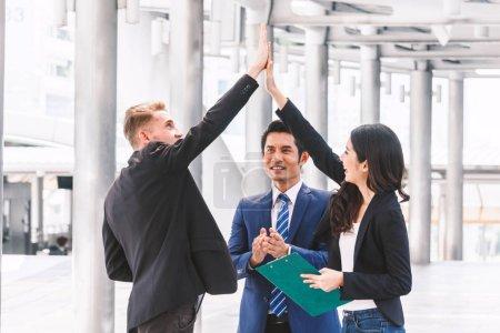 Photo pour Affaires équipe membres Salut-fiving pour saluer le départ des projet de stratégie d'entreprise - concept partenariat et travail d'équipe - image libre de droit