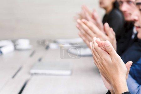 Photo pour Des gens d'affaires prospères applaudissent à la réunion - image libre de droit