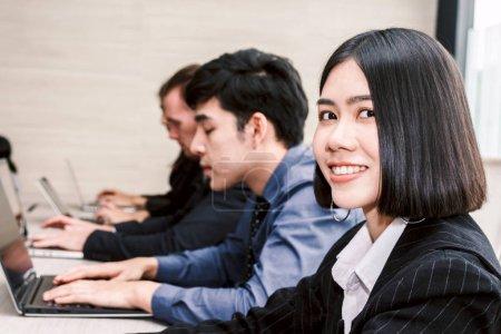 Photo pour Femme d'affaires en souriant et en regardant la caméra lors d'une réunion d'affaires - image libre de droit