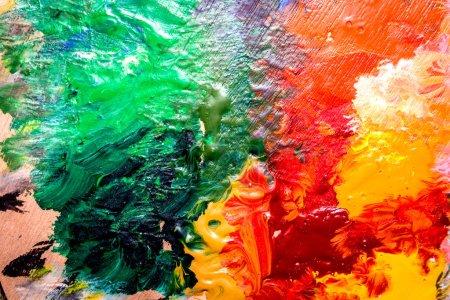 Photo pour Set pour dessin et peinture d'art avec palette de couleurs et aquarelle sur table - image libre de droit