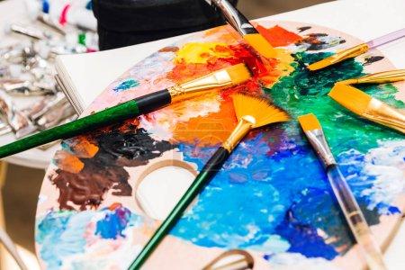 Photo pour La valeur pour le dessin et la peinture avec les peintures de palette et aquarelle de couleur sur la table - image libre de droit
