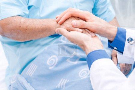 Photo pour Médecin, tenant la main de la personne âgée avec soin en hospital.healthcare et en médecine - image libre de droit
