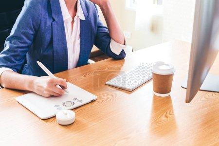 Photo pour Femme graphiste travaillant avec ordinateur et dessin sur tablette graphique au bureau. Concept de créativité de Designer graphique - image libre de droit