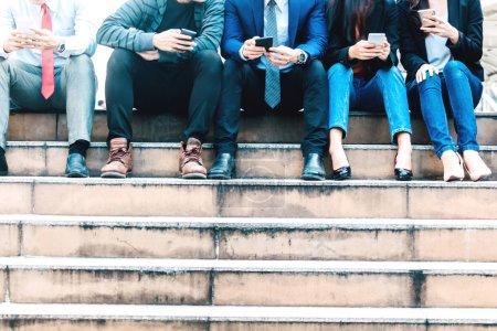 Photo pour Groupe de gens d'affaires utilisent la technologie ensemble de smartphone - image libre de droit