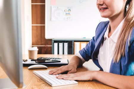 Photo pour Femme d'affaires travaillant avec ordinateur et taper le texte sur le clavier au bureau moderne - image libre de droit