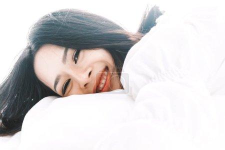 Photo pour Belle femme reposante sur le lit dans sa chambre à la maison - image libre de droit
