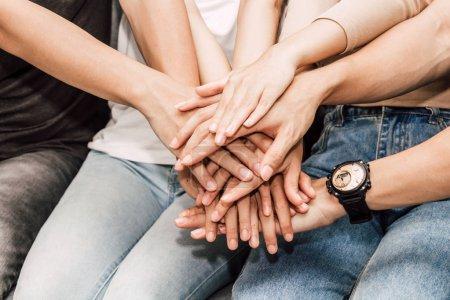 Photo pour Succès du groupe de pile des amis des mains ensemble. Concept de travail d'équipe d'amitié - image libre de droit