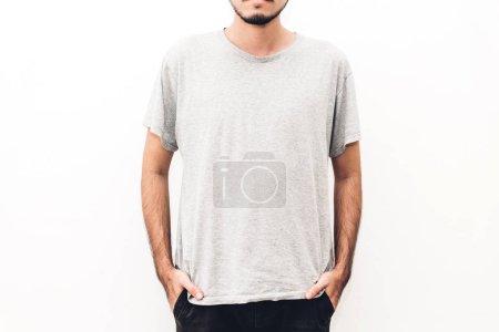 Foto de Musculoso joven con camiseta gris en blanco sobre fondo blanco. Diseño de la camiseta y mock up plantilla para imprimir - Imagen libre de derechos