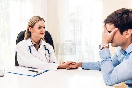Photo pour Femme médecin consulting et holding homme patient main rassurante avec soin sur table de docteurs en médecine et hospital.healthcare - image libre de droit