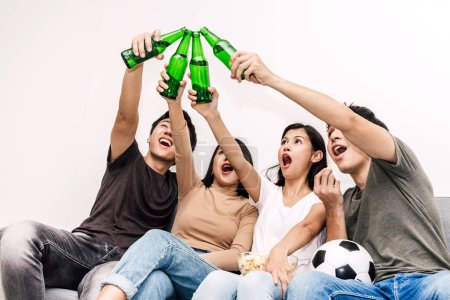 Photo pour Groupe d'amis pop-corn de manger et boire de la bière ensemble sur le sofa à la maison. Notion de parti et amitié - image libre de droit