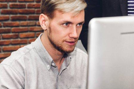 Photo pour Casual homme d'affaires travaillant avec les gens d'affaires de computer.creative Bureau planification dans loft de travail moderne - image libre de droit