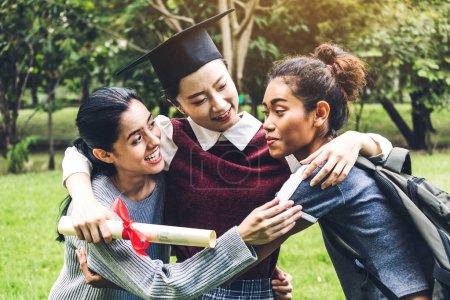 Photo pour Succès des jeunes femmes étudiantes et des robes de célibataire avec des diplômes diplômés étreignant son ami à l'université.Célébration du concept d'obtention du diplôme et d'éducation - image libre de droit