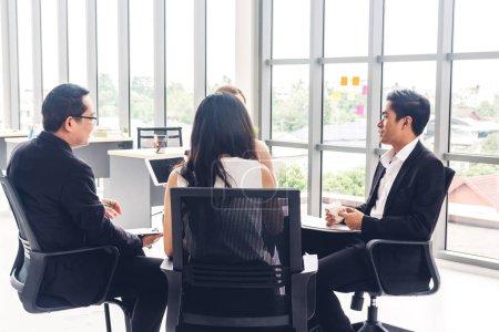Photo pour Groupe d'entreprises occasionnelles discuter et travailler avec ordinateur portatif.gens d'affaires créatifs planification et remue-méninges dans le monde du travail moderne.Concept de travail d'équipe - image libre de droit