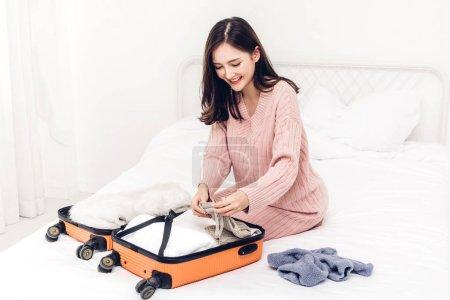 Foto de Mujer de embalaje un equipaje maleta y mochila de viaje en el país. Concepto de vacaciones de vacaciones - Imagen libre de derechos