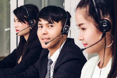 Foto de Servicios de soporte al cliente empresario con auriculares y equipo de trabajo en call center - Imagen libre de derechos