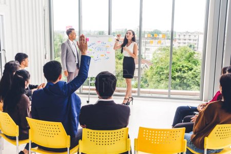 Photo pour Ensemble de vêtements de travail réunit et discute avec des gens d'affaires computer.creative ordinateur portable présentant et planification en workloft moderne. Concept de travail d'équipe - image libre de droit