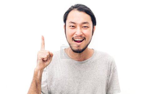 Photo pour Portrait d'heureux souriant asiatique jeune beau homme pointant vers l'espace copie vide isolé sur fond blanc - image libre de droit
