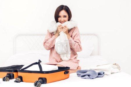 Photo pour Femme d'emballage un bagage valise et sac à dos pour le voyage à la maison. Concept de vacances vacances - image libre de droit