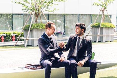 Photo pour Partenaires commerciaux image deux en élégant costume handshake réussi ensemble au bureau moderne. Concept de partenariat approbation et Merci de geste - image libre de droit