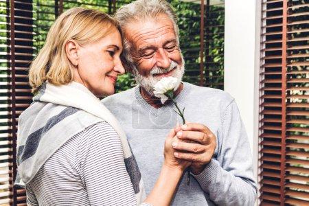 Photo pour Happy sourire aîné couple de personnes âgées étreindre se détendre et parler ensemble, assis sur le canapé dans le salon à la maison. Notion de couple de retraite - image libre de droit