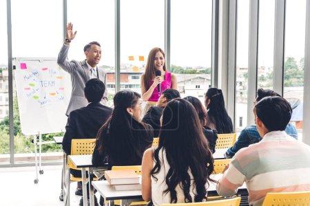 Photo pour Homme d'affaires, debout devant le groupe de personnes en consultation réunion conférence séminaire à room.presentation hall ou séminaire et coaching concept - image libre de droit