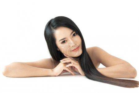 Photo pour Belle femme beauté soins de santé avec noir longs cheveux lisses et brillants isolés sur fond blanc. - image libre de droit