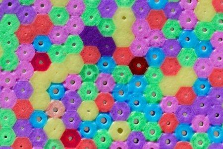 Photo pour Macro photo de différentes perles en plastique colorées comme fond ou texture . - image libre de droit