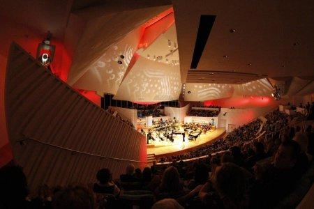 Photo pour MIAMI, FLORIDE - JAN 20, 2018 La Symphonie du Nouveau Monde célèbre 7 ans de création de performances audiovisuelles avec projections sur les voiles de la salle de concert - image libre de droit