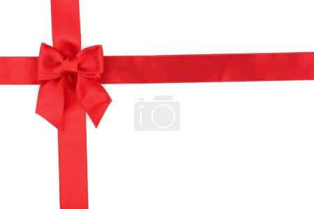 Photo pour Arc rouge avec ruban sur fond gris - image libre de droit