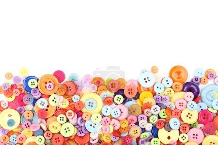 Photo pour Boutons à coudre colorés sur fond blanc - image libre de droit