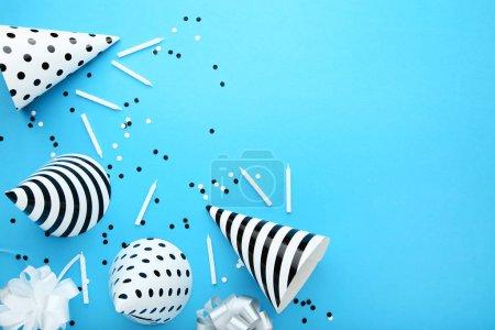 Photo pour Chapeaux de papier anniversaire avec bougies sur fond bleu - image libre de droit