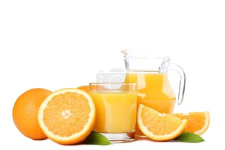 Photo pour Fruits orange avec verre et pichet de jus sur fond blanc - image libre de droit