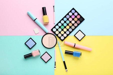 Photo pour Cosmétiques de maquillage sur fond coloré - image libre de droit