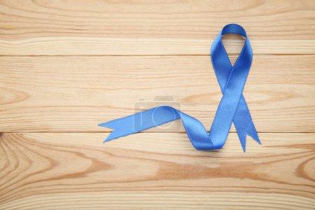 Photo pour Ruban bleu sur un fond en bois marron - image libre de droit