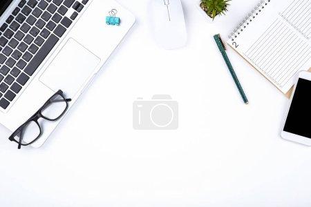 Photo pour Ordinateur portable avec lunettes, calendrier souris et papier sur fond blanc - image libre de droit